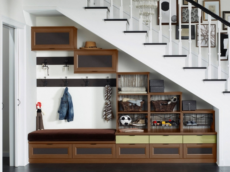 Лестничный шкаф 010