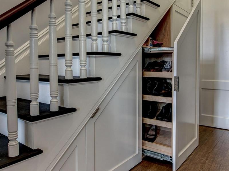 Лестничный шкаф 012